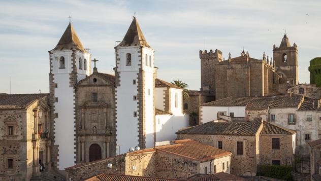 Casco histórico de Cáceres, con la iglesia de San Francisco al fondo, Extremadura, España