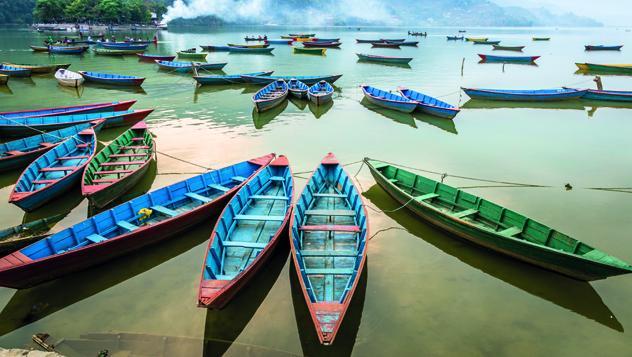 Barcas junto al lago Pokhara, Nepal