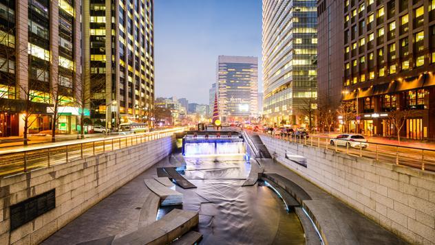 El canal Cheonggyecheon, Seúl, Corea del Sur