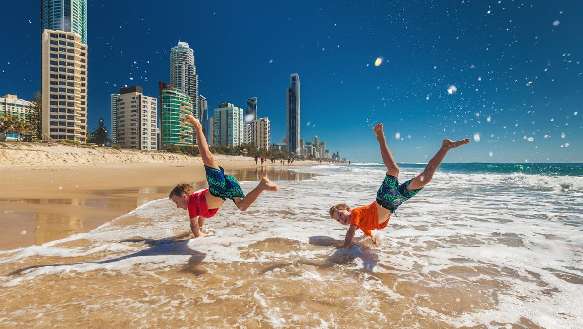 Niños jugando en la Gold Coast, Australia