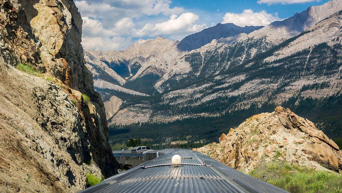 Tren canadiense VIA Rail atravesando las Rocosas, Canadá