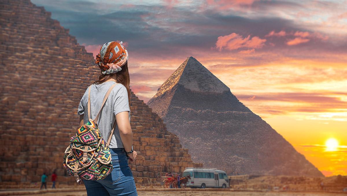 Mujer viajera frente las pirámides de Gizeh, El Cairo, Egipto