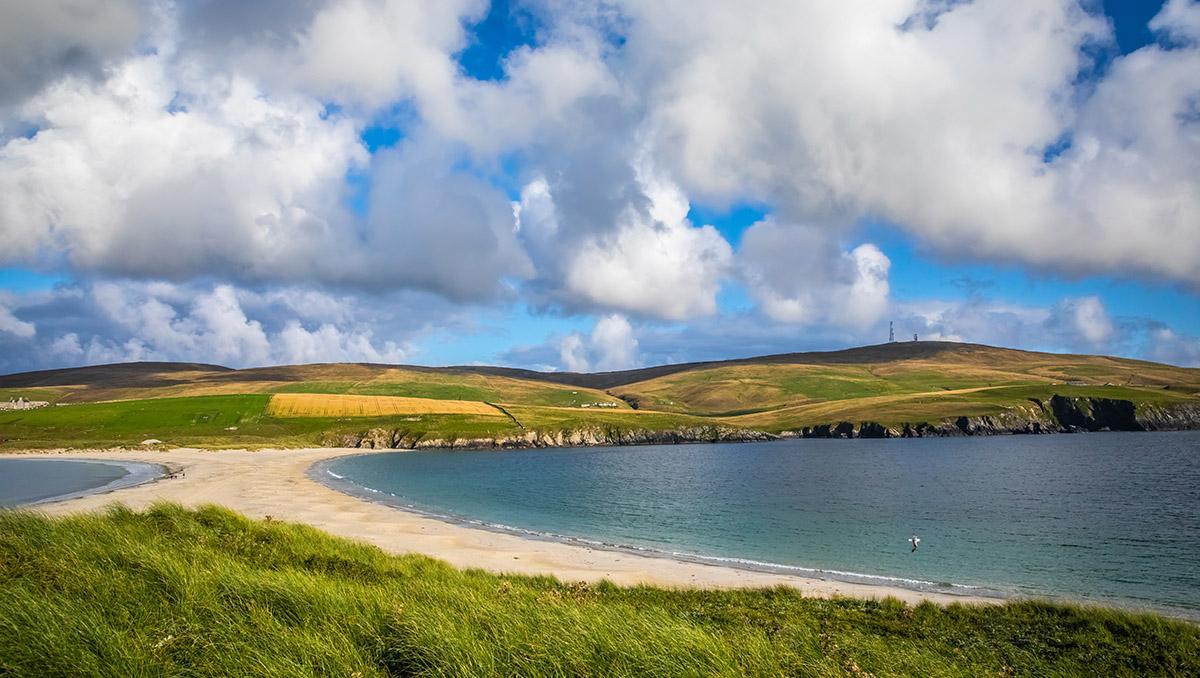 Una playa a la entera disposición del viajero en las remotas y bellas Shetland, Esocia, Gran Bretaña
