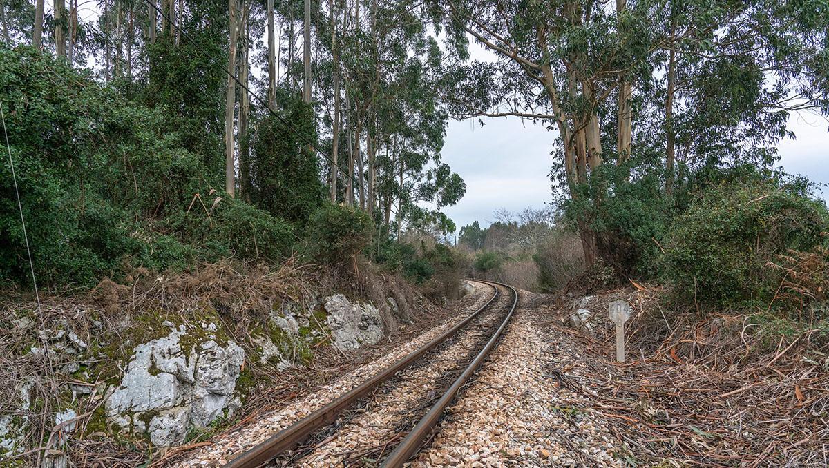 Vía de tren Feve en Asturias, España