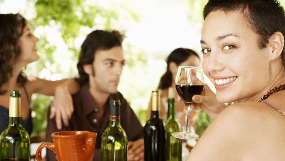 Celebrando con vino un encuentro de viaje entre amigos, España