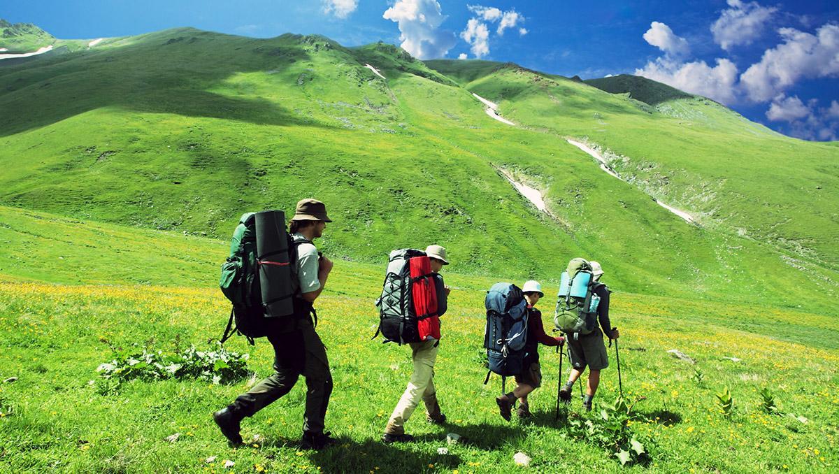 Familia viajera en las montañas