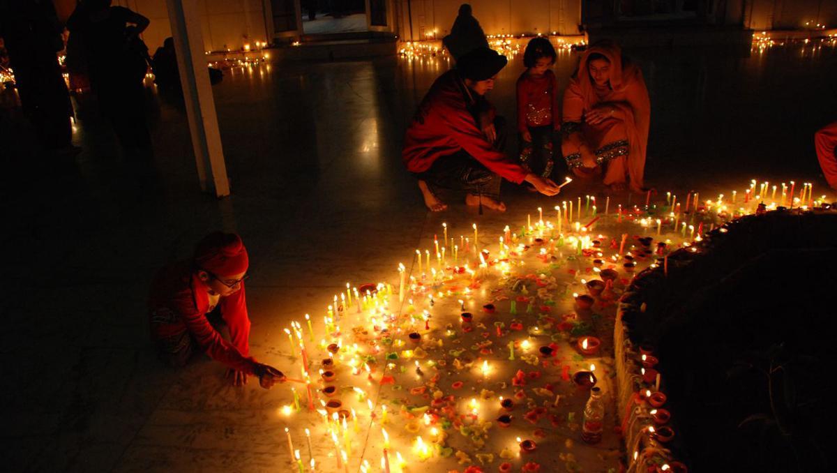 Encendiendo las velas del Diwali, India