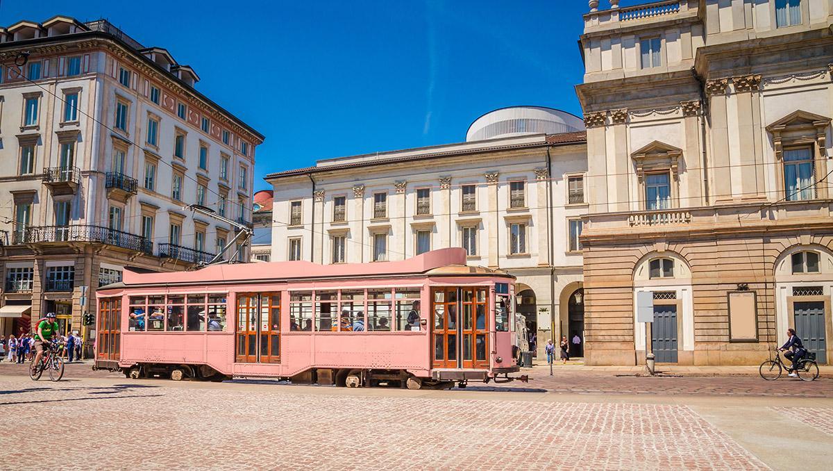 Milán, tranvía acercándose al Teatro alla Scala