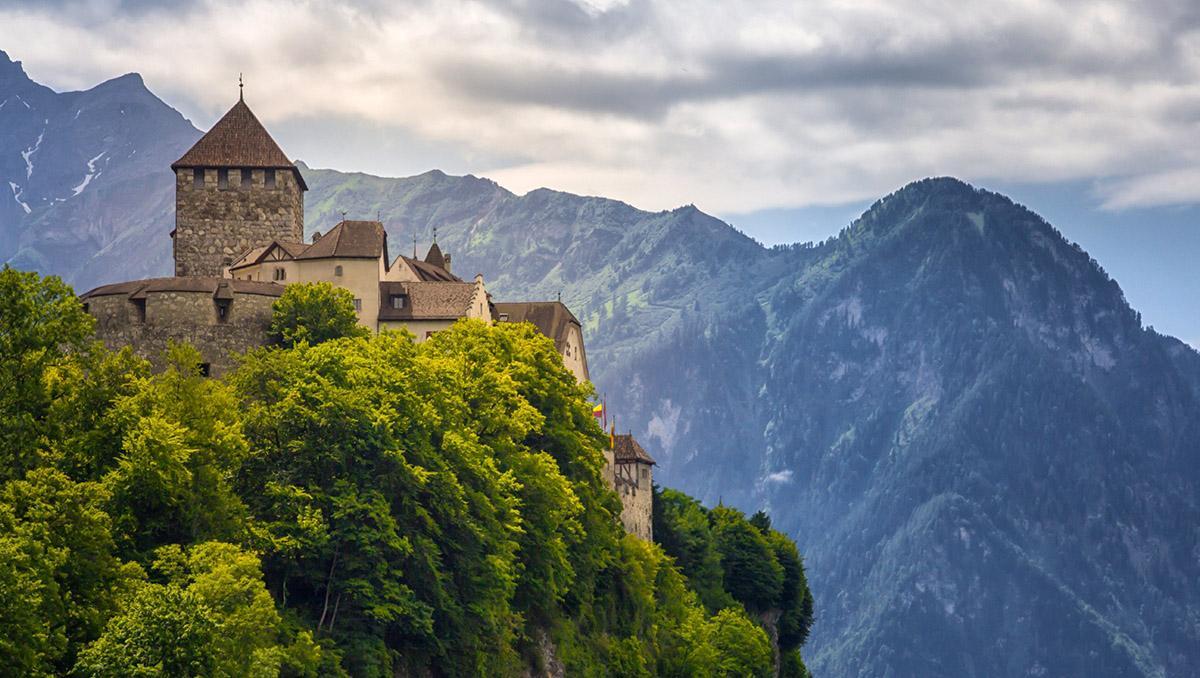 La pequeña capital de Liechtenstein, Vaduz, está presidida por un castillo del s. XII, el Schloss Vaduz