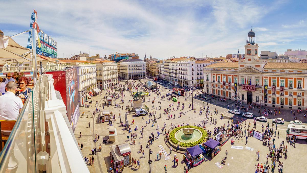 La Puerta del Sol desde una terraza, Madrid, España