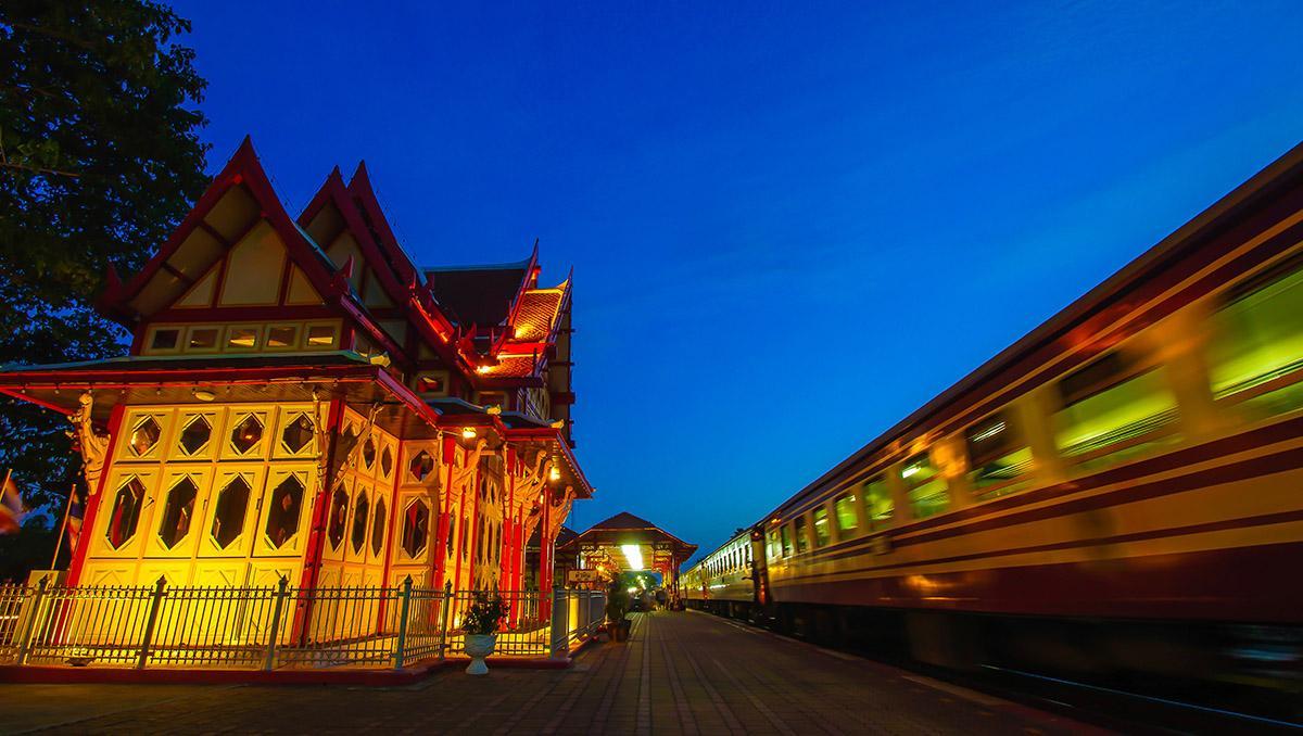 Tren nocturno a su paso por Hua Hin, Tailandia. Viaje sostenible Lonely Planet