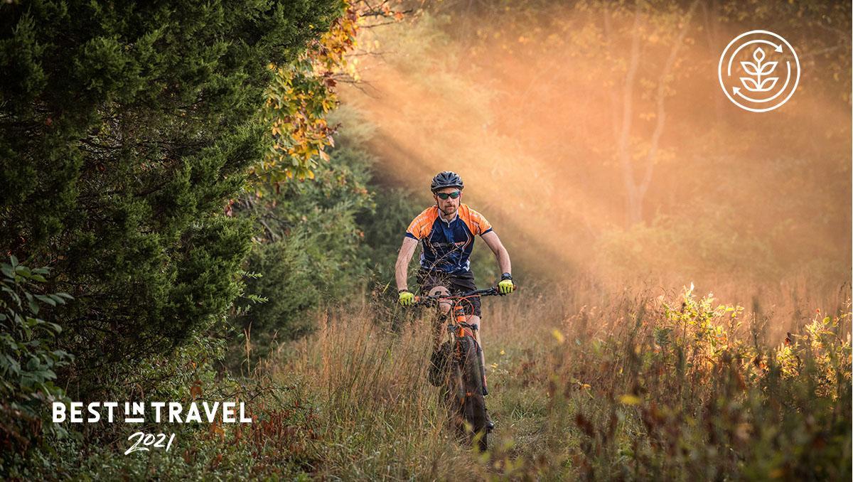 Turismo sostenible: ciclista en la Virginia Mountain Bike Trail, Virginia, costa este de EE UU