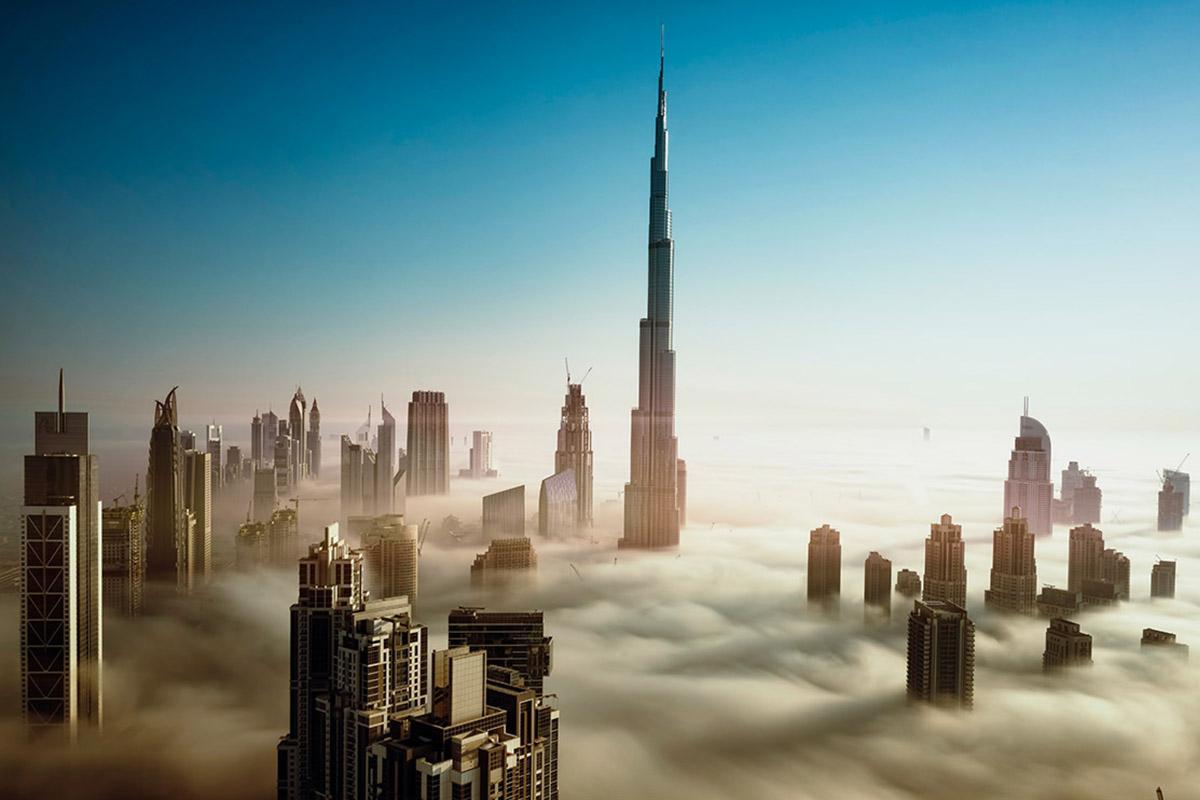 'Skyline' de Dubái sobre las nubes, Emiratos Árabes Unidos