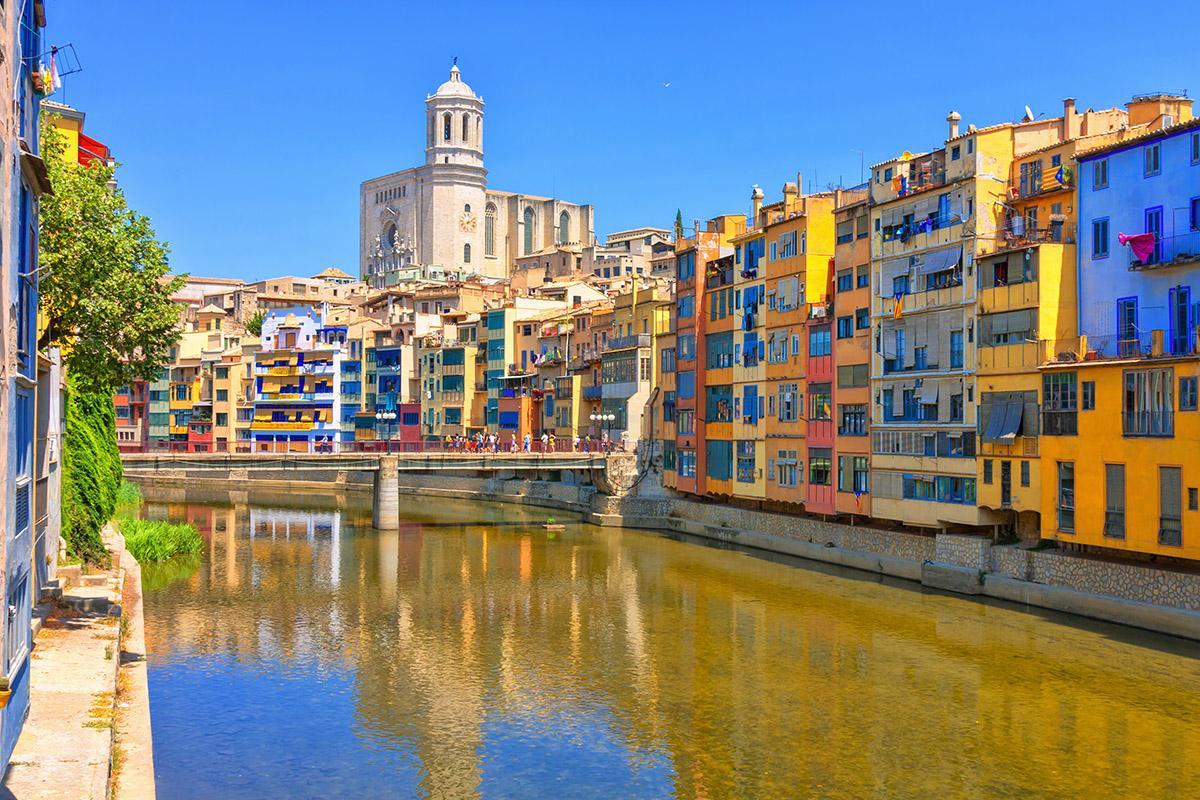 El río Onyar a su paso por Girona, Cataluña, España