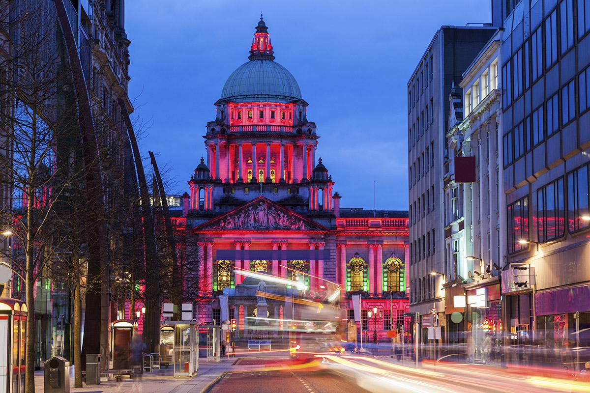 City Hall iluminado, Belfast, Irlanda del Norte