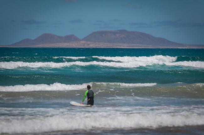Surf en Caleta de Famara, Lanzarote, Canarias, España