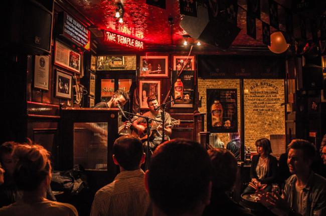 Música en el 'pub' The Temple Bar, Dublín, Irlanda