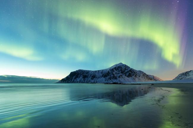 Aurora boreal en la playa Skagsanden, Noruega