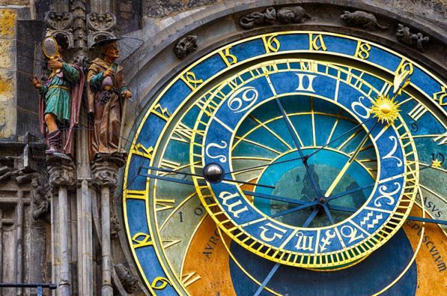 Reloj astronómico, iglesia de Nuestra Señora de Týn, Plaza de la Ciudad Vieja, Praga, República Checa