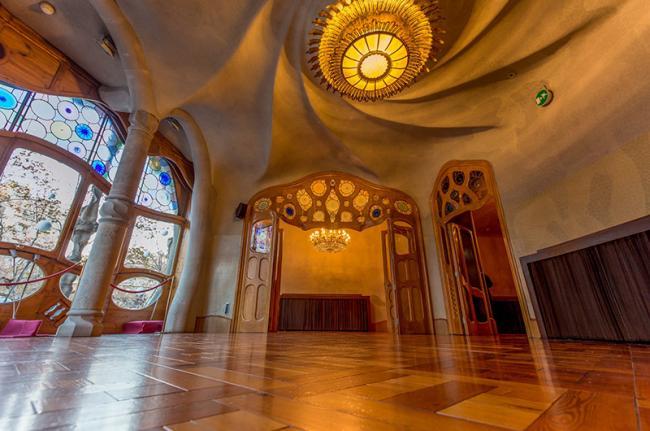 Salón de la Casa Batlló, de Gaudí, ejemplo de Modernismo en Barcelona, Cataluña, España