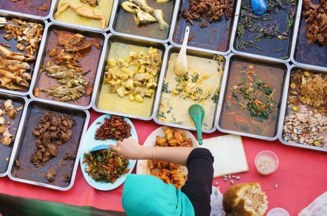Comida callejera, mercado Kota Kinabalu, Malasia