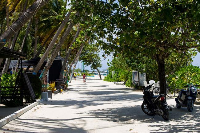 Una de las calles de Maafushi, Maldivas