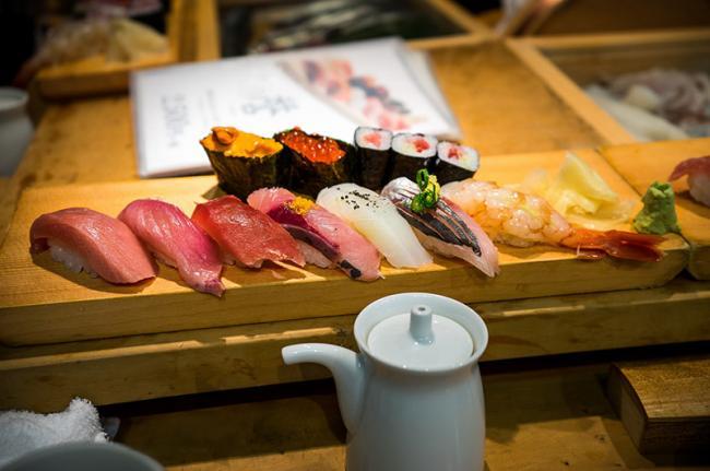 Desayuno en el mercado de Tsukiji, Tokio, Japón