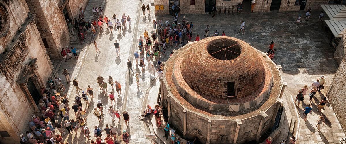 Gente alrededor de la fuente de Onofrio, en Dubrovnik