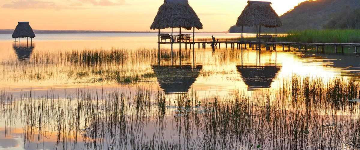 Atardecer en el lago Petén Itzá, Guatemala